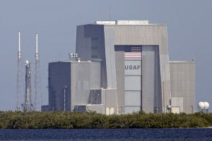 Suspenden lanzamiento de cohete Falcon 9 en Cabo Cañaveral, Florida
