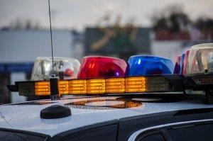 Una mujer resulta herida de bala por disparos cruzados entre policías y un delincuente