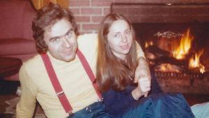 La hija de Ted Bundy por fin habló sobre su vida con un asesino serial