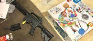 Compran andadera para bebé y encuentran rifle cargado en Florida