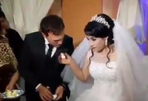 """¡Desgraciado! El """"regalito"""" que le dio este hombre a su novia el día de la boda (Video)"""