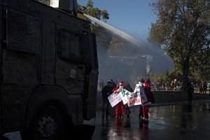 Incendio y violentos choques en nueva marcha en Chile