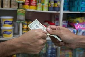 """Comercios cobran en dólares pero vuelto… """"no hay"""""""