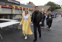 """John Travolta y Olivia Newton-John revivieron sus personajes de """"Grease"""": Cantaron y bailaron con el vestuario original"""