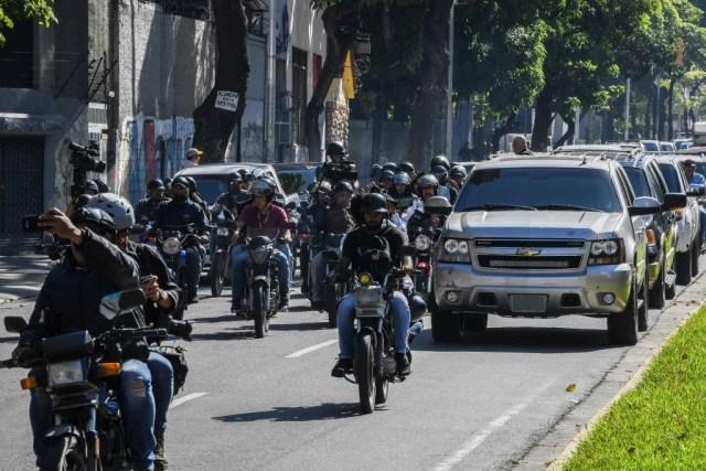 Una caravana con el presidente interino del líder de la oposición venezolana, Juan Guaido, seguida de periodistas motorizados, se dirige a la Asamblea Nacional, en Caracas, el 7 de enero de 2020. (Foto de YURI CORTEZ / AFP)