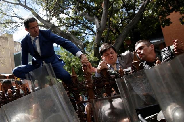 O líder da oposição venezuelana Juan Guaidó, que muitas nações reconheceram como governante interino legítimo do país, sobe a cerca do prédio da Assembléia Nacional da Venezuela em Caracas, Venezuela, em 5 de janeiro de 2020. REUTERS / Manaure Quintero