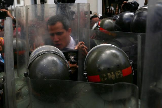 Membros das forças de segurança bloqueiam o presidente da Assembléia Nacional da Venezuela e o líder da oposição, Juan Guaidó, que muitas nações reconheceram como o governante interino legítimo do país, na construção da Assembléia Nacional da Venezuela em Caracas. , Venezuela, em 7 de janeiro de 2020. REUTERS / Fausto Torrealba