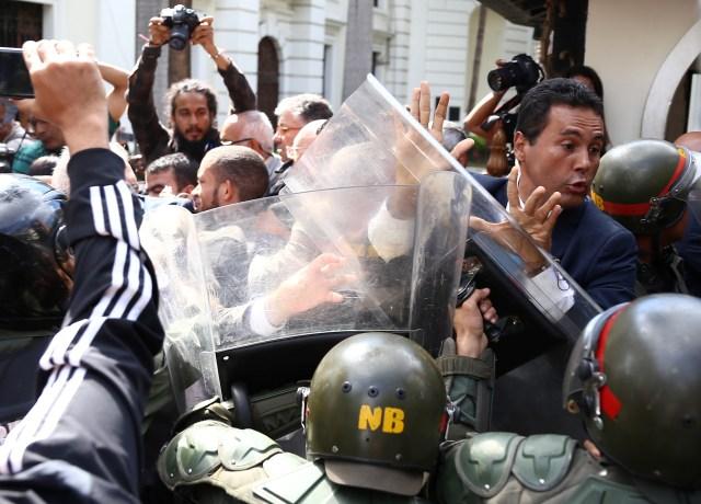 Membros das forças de segurança bloqueiam um legislador da oposição no prédio da Assembléia Nacional da Venezuela em Caracas, Venezuela, 7 de janeiro de 2020. REUTERS / Fausto Torrealba