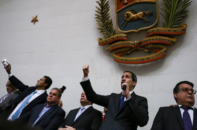 O presidente da Assembléia Nacional da Venezuela e o líder da oposição, Juan Guaidó, que muitas nações reconheceram como o governante interino legítimo do país, fala durante uma sessão da Assembléia Nacional em Caracas, Venezuela, em 7 de janeiro de 2020. REUTERS / Fausto Torrealba