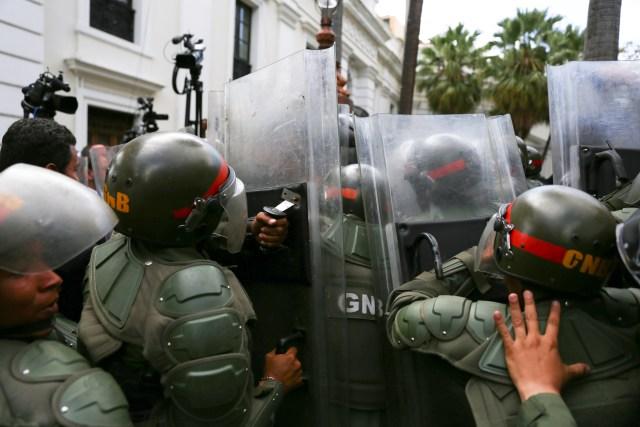 Forças de segurança bloqueiam a entrada do prédio da Assembléia Nacional da Venezuela em Caracas, Venezuela, 7 de janeiro de 2020. REUTERS / Fausto Torrealba