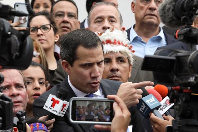 O presidente da Assembléia Nacional da Venezuela e o líder da oposição, Juan Guaidó, que muitas nações reconheceram como o governante interino legítimo do país, conversam com a mídia em Caracas, Venezuela, em 7 de janeiro de 2020. REUTERS / Fausto Torrealba