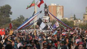 Duros choques entre manifestantes y agentes policiales a tres meses de la crisis en Chile