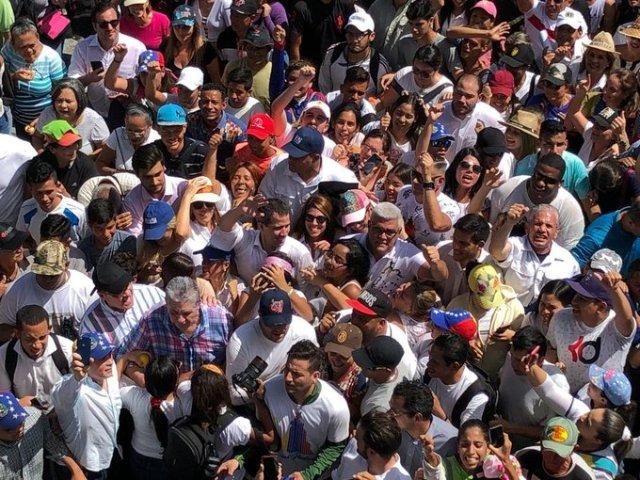 Presidente (E) de Venezuela, @jguaido , participa junto a diputados de la @AsambleaVE en la procesión de La Divina Pastora en Barquisimeto. Imagen cortesía.