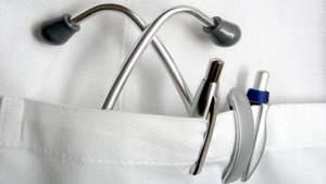 Médico de Florida acusado de manosear a pacientes