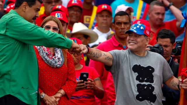 Diego Maradona mantiene una estrecha relación con el dictador Nicolás Maduro