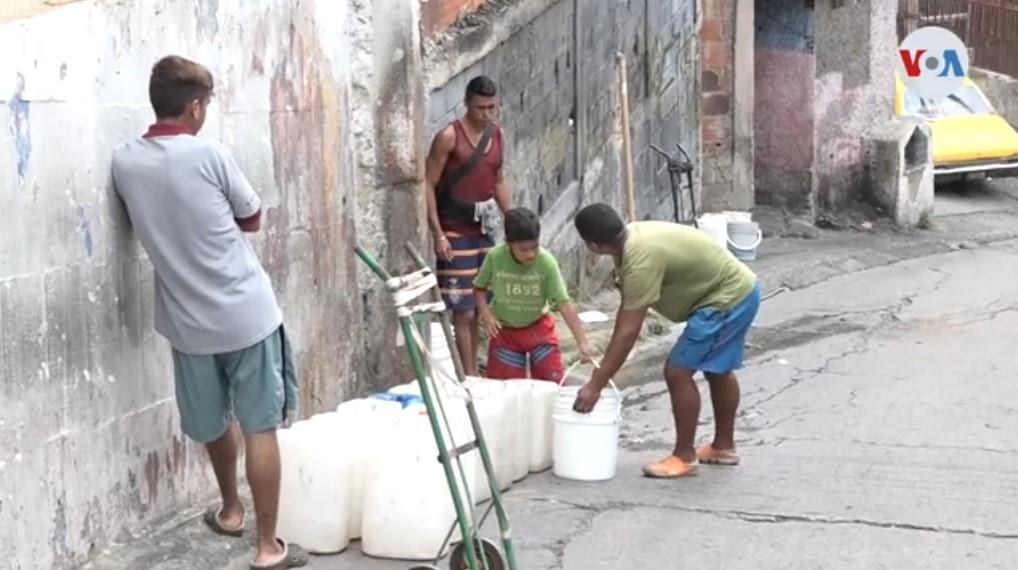 """""""Pimpineros"""": El oficio de cargar agua en la Venezuela de los servicios públicos colapsados (Video)"""