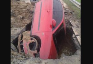 Un carro quedó atrapado en una zanja que las autoridades no señalizaron en Charallave (Fotos)