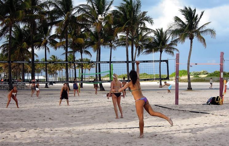 Jugadores de voleibol en Miami Beach despedidos de los tribunales para  acomodar el Super Bowl LIV - LaPatilla.com