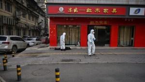 Un hombre muerto en plena calle de Wuhan y solitario: La realidad de una ciudad en cuarentena