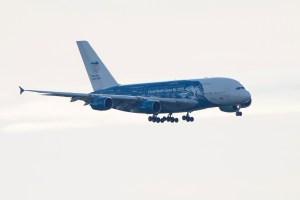 Llega a Francia avión con 250 personas provenientes de China