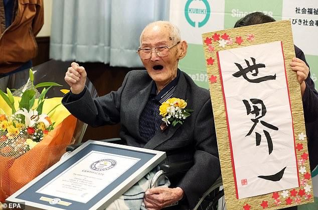 """Sonriendo, Chitetsu Watanabe dijo que el secreto de una larga vida es """"no enojarse y no sonreír""""."""