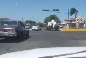 ¿Revolución a paso de perdedores? Tuvieron que empujar una tanqueta sin gasolina en Coro (VIDEO)