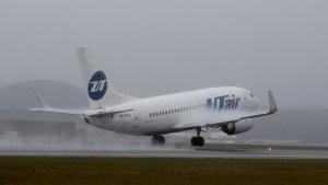 """Un avión de pasajeros ruso aterriza """"de panza"""" por problemas con el tren de aterrizaje (Fotos y Video)"""