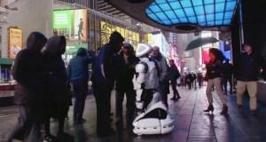 Así es el androide que diagnostica el coronavirus en pleno Times Square de Nueva York
