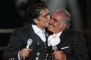 Para celebrar el cumple 80 de Vicente Fernández, su hijo Alejandro lo incluyó en su nuevo disco