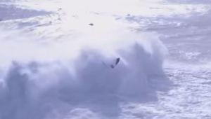 Ola gigante arrastró a dos personas en pleno torneo de surf en Portugal (Video)