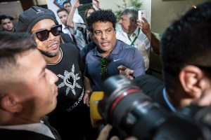 Ronaldinho sale en libertad y sin cargos de Fiscalía paraguaya tras declarar por ocho horas