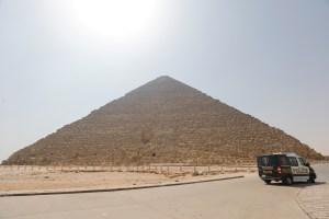 """Arrestan a una modelo egipcia por posar con ropa """"provocativa"""" cerca de una pirámide (FOTOS)"""