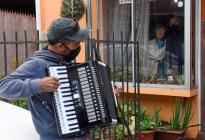A ritmo de acordeón, joven chileno acompaña a sus padres en cuarentena por coronavirus