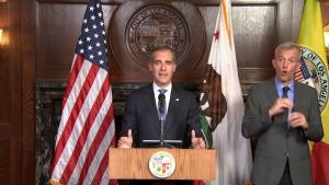 Alcalde de Los Ángeles firma ley contra desalojos y suspende mercados al aire libre