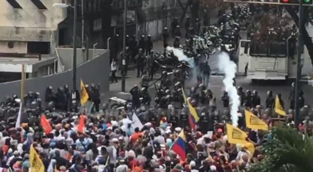 PNB reprimió con bombas lacrimógenas a ciudadanos que se encontraban junto a Guaidó en Chacaíto 2