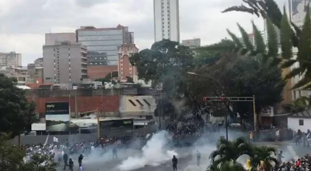 PNB reprimió con bombas lacrimógenas a ciudadanos que se encontraban junto a Guaidó en Chacaíto 3