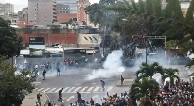 PNB reprimió con bombas lacrimógenas a ciudadanos que se encontraban junto a Guaidó en Chacaíto 5