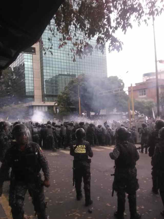 PNB reprimió con bombas lacrimógenas a ciudadanos que se encontraban junto a Guaidó en Chacaíto 13