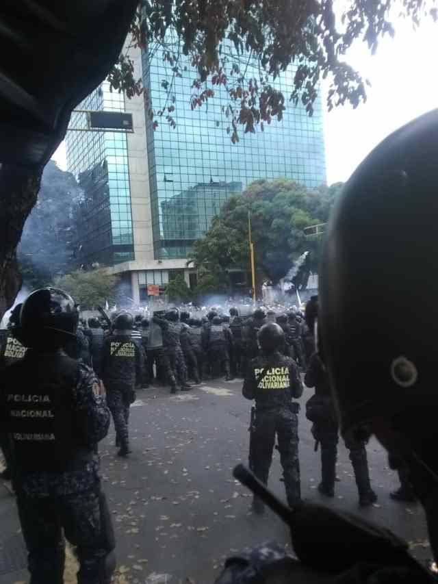 PNB reprimió con bombas lacrimógenas a ciudadanos que se encontraban junto a Guaidó en Chacaíto 12