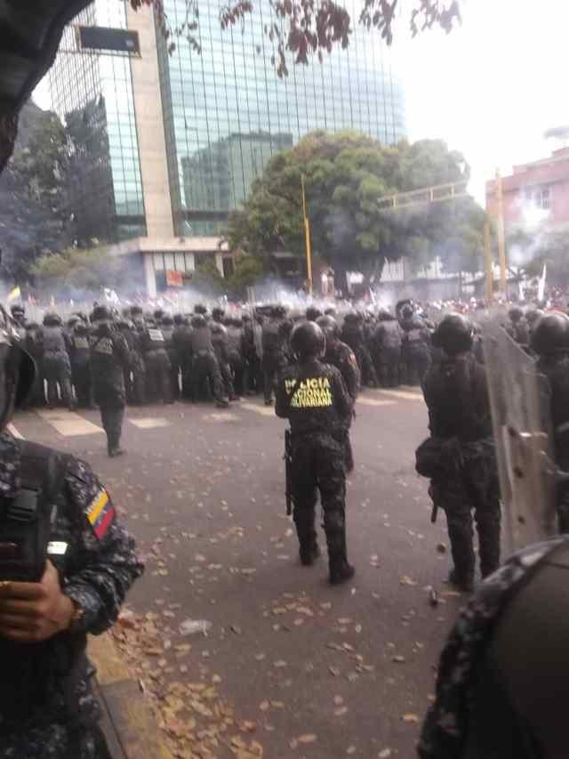 PNB reprimió con bombas lacrimógenas a ciudadanos que se encontraban junto a Guaidó en Chacaíto 10