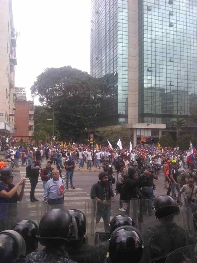 PNB reprimió con bombas lacrimógenas a ciudadanos que se encontraban junto a Guaidó en Chacaíto 9