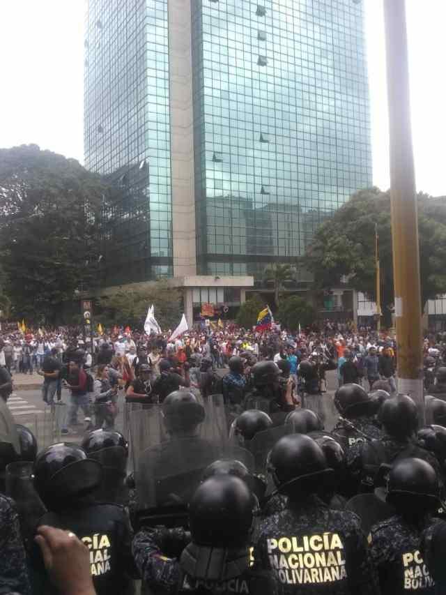 PNB reprimió con bombas lacrimógenas a ciudadanos que se encontraban junto a Guaidó en Chacaíto 7
