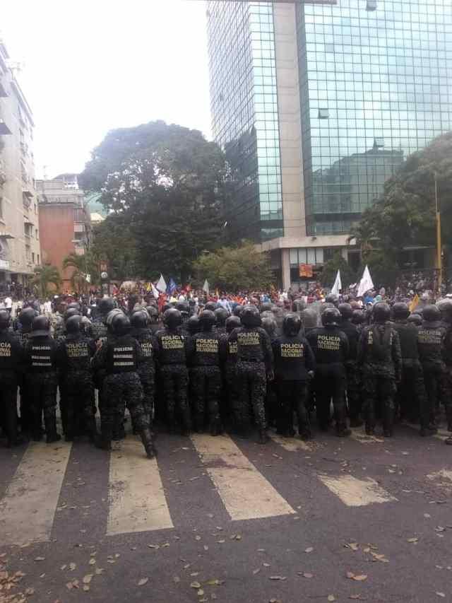 PNB reprimió con bombas lacrimógenas a ciudadanos que se encontraban junto a Guaidó en Chacaíto 8
