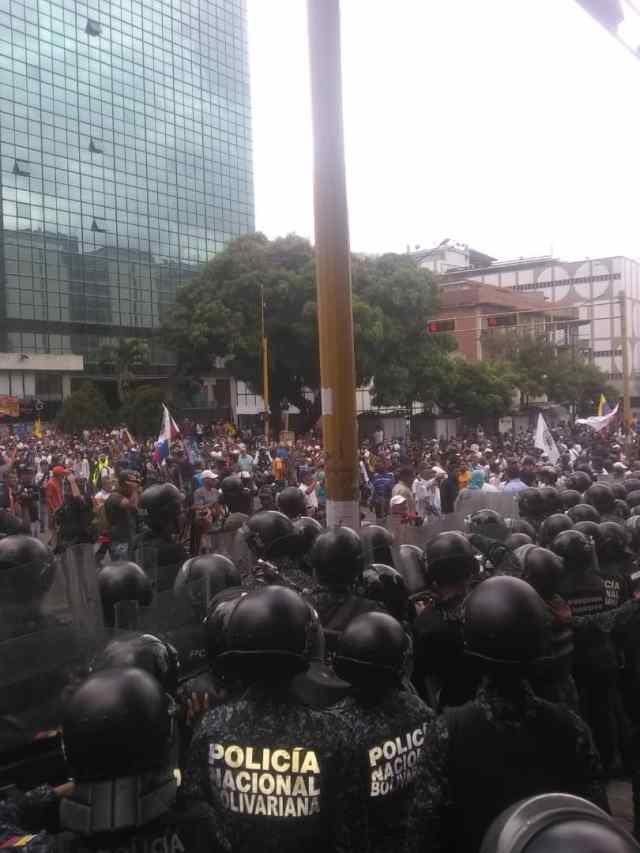 PNB reprimió con bombas lacrimógenas a ciudadanos que se encontraban junto a Guaidó en Chacaíto 6
