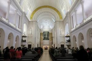 La Iglesia española recomienda quitar el agua bendita de los templos