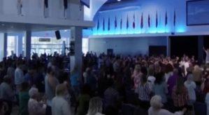 Iglesia de Tampa estuvo abarrotada a pesar de restricciones por coronavirus