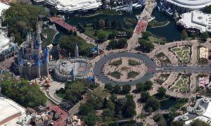 Disney podría chequear la temperatura de los visitantes cuando reabra los parques
