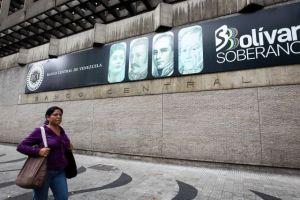 Expertos aconsejan abrir mecanismos para pagos en dólares en Venezuela