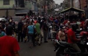 ¡Un despelote! PNB y comerciantes se enfrentaron en plena cuarentena en las abarrotadas calles de Catia #4Abr (VIDEO)