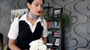 """¿A bordo en casa? Una azafata se las ingenia para """"trabajar"""" a pesar de la crisis del coronavirus (Video)"""